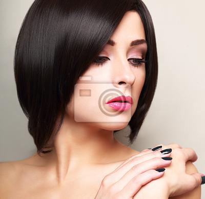 Obraz Piękna Kobieta Makijaż Czarne Krótkie Fryzury Vogue