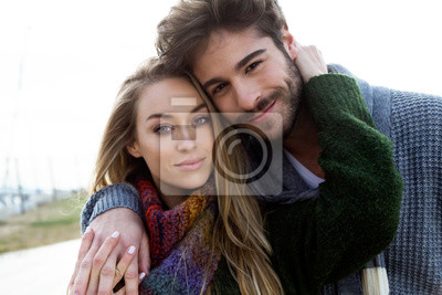 Obraz Piękna młoda para zakochanych w mroźnej zimy na plaży.