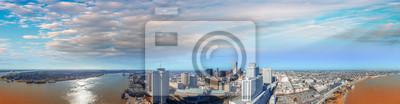 Piękna panorama z lotu ptaka Nowego Orleanu o zmierzchu