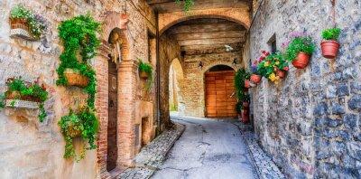Piękna ulica dekoracji z kwiatów w średniowiecznego miasta Spello