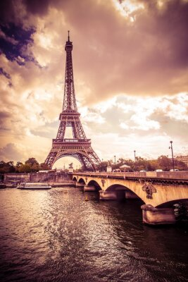 Obraz Piękna Wieża Eiffla w Paryżu, Francja pod złotym świetle
