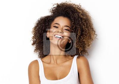 Obraz Piękne Afroamerykanów Dziewczyna z afro Fryzura uśmiecha się