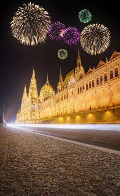 Piękne fajerwerki na podstawie węgierskiego Parlamentu