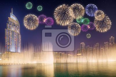 Piękne fajerwerki nad fontanną tańca Burdż Chalifa w Dubaju, ZEA