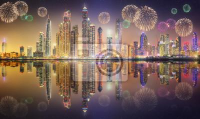 Piękne fajerwerki w Dubai Marina. ZEA