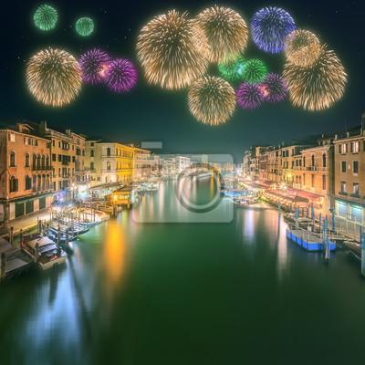 Piękne fajerwerki w ramach Grand Canal i budynków w Wenecji