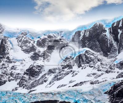 Piękne góry i niebieski lodowiec.