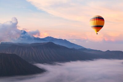 Obraz piękne inspirujący krajobraz z balonem latający na niebie, miejscu