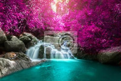 Obraz Piękne kolorowe wodospad w lesie jesienią.