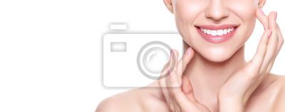 Obraz Piękne młoda kobieta blond z doskonałym skóry dotykania jej twarzy. Zabieg na twarz. Kosmetologia, piękno i koncepcja spa. Samodzielnie na białym tle.