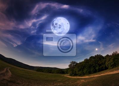 Piękne nocne niebo z pełni księżyca i gwiazd