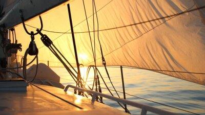 Obraz piękne słońce wypełnione żagle o świcie