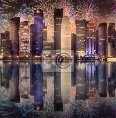 Piękni fajerwerki nad linia horyzontu West Bay i Doha miasto, Katar