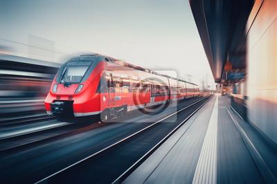 Piękny dworzec kolejowy z nowoczesnym czerwonym pociągiem podmiejskim w Moti