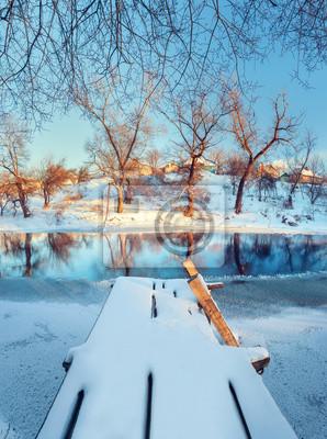 Piękny most. Zimowy zachód słońca na rzece Krinka