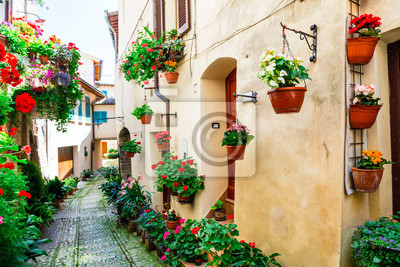 Piękny ulicy dekoracje z kwiatów - wieś Spello w Umbrii