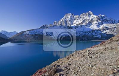Piękny widok na góry z Everest Region z jeziora, Nepalu.