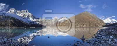 Piękny widok na góry z odbicia w Gokyo Lake, Himalaje