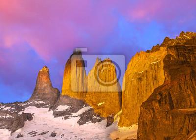 Piękny wschód słońca w Torres del Paine, Patagonia,
