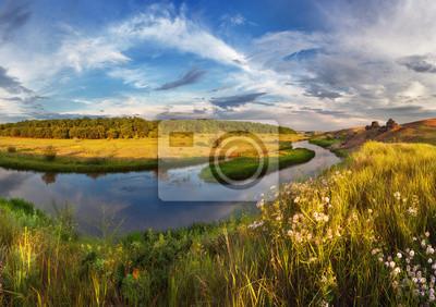 Piękny zachód słońca latem na rzece z refleksji