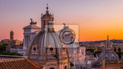 Obraz Piękny zachód słońca w Rzymie w kolorach pomarańczowym, różowym, fioletowym i fioletowym - widok na zabytki i starożytną architekturę w centrum miasta z dachu zabytkowego budynku