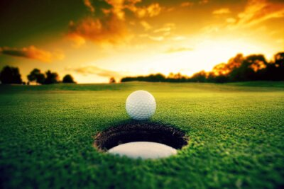 Obraz Piłeczka golfowa w pobliżu otworu