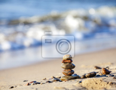 Piramida na piasku kamienie symbolizujące pokój i harmonię.