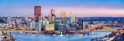 Obraz Pittsburgh, Pennsylvania skyline o zmierzchu. Położony u zbiegu rzek Allegheny, Monongahela i Ohio, Pittsburgh jest również znany jako