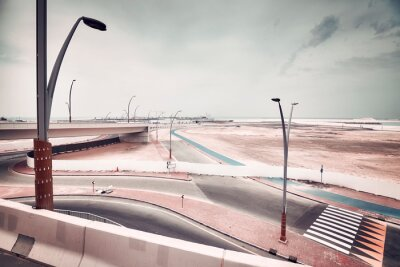 Plac budowy nowoczesnej infrastruktury transportowej, zdjęcie w stonowanych kolorach.