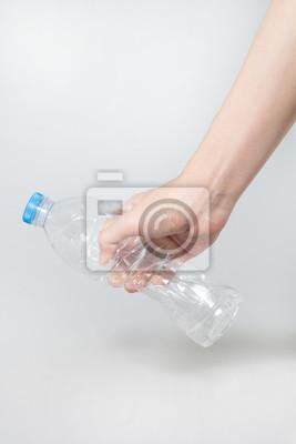 Plastikowa butelka skręt w ręku na białym tle.