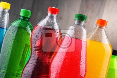 Obraz Plastikowe butelki różnych gazowanych napojów bezalkoholowych