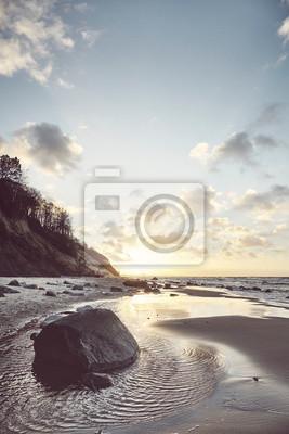 Plaża o zachodzie słońca, zastosowano tonację koloru retro.