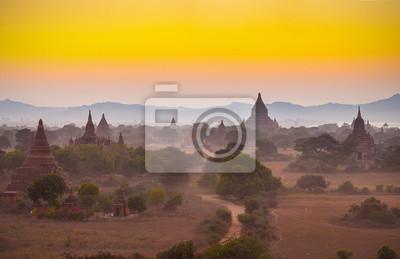 Po zachodzie słońca nad świątyń Bagan w Birmie