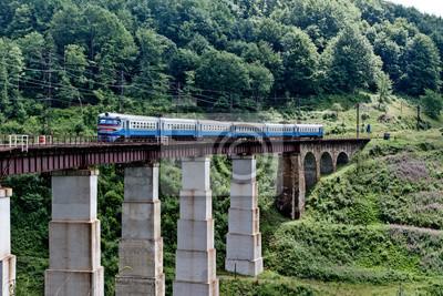 Pociąg na moście kolejowym w Karpatach, na Ukrainie