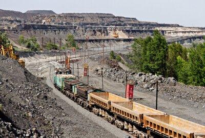Pociąg na rudy żelaza kopalni odkrywkowej będzie rudy żelaza do załadunku wagonu towarowego
