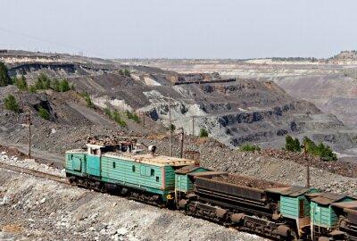 Pociąg na rudy żelaza kopalni odkrywkowej jedzie do załadunku żelaza lub