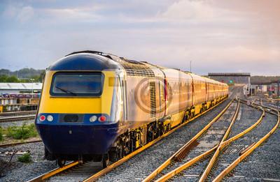 Pociąg opuszczeniu stacji Reading w Anglii, Wielkiej Brytanii