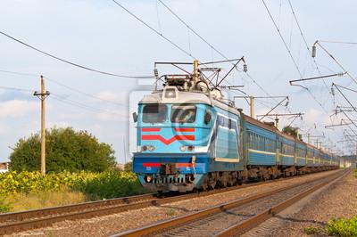 Pociąg osobowy ciągnięty przez lokomotywę elektryczną