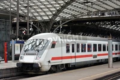 Obraz Pociąg pasażerski na stacji kolejowej