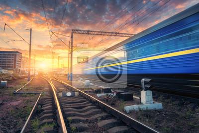 Pociąg pasażerski w ruchu na torze kolejowym. Niewyraźny pociąg