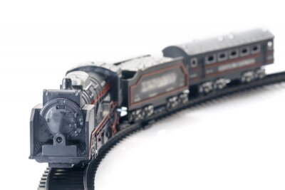 Pociąg / plastikowe zabawki, widok z rocznika pociągu na białym stole.