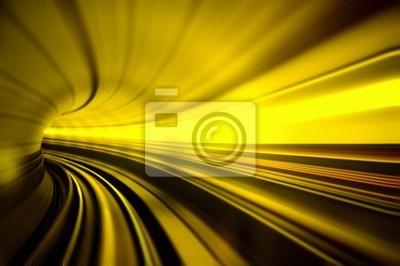 Pociąg porusza się szybko w tunelu