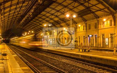 Pociąg regionalny opuszczeniu stacji Avignon - Francja