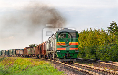 Pociąg towarowy ciągnięty przez lokomotyw spalinowych. Białoruska kolej