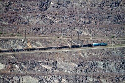 Pociąg towarowy w kopalni odkrywkowej rudy żelaza. Krivoy Rog, Ukraina