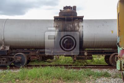 Pociąg / Widok cysternie kolejowej zaparkowany.