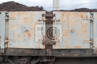 Pociąg / Widok drzwi wagonów kolejowych żelaza zaparkowany.