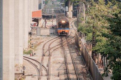 Pociąg / Widok na pociąg z słońcem. Ruch.