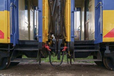 Pociąg / Widok połączeń kolejowych wagonach kolejowych.