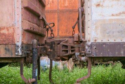 Pociąg / Widok połączeń kolejowych wagonów kolejowych porzucone.